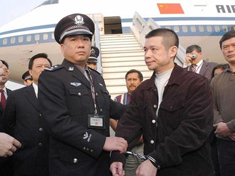 Công an Trung Quốc dẫn độ một quan chức từ nước ngoài trở về. (Ảnh: