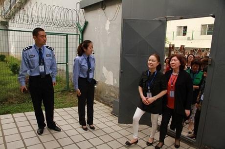 Nhiều quan chức Trung Quốc đã được đưa đi tham quan tại các nhà tù cùng người thân. (Ảnh: