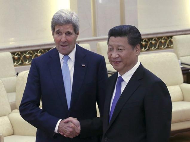 Ngoại trưởng Mỹ John Kerry (trái) và Chủ tịch Trung Quốc Tập Cận Bình. (Ảnh: