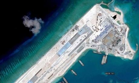 Trung Quốc đang xây một đường băng trên đá Chữ Thập thuộc quần đảo Trường Sa của Việt Nam. (Ảnh: