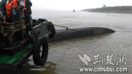 Đội cứu hộ buộc dây quanh thân tàu gặp nạn. (Ảnh: