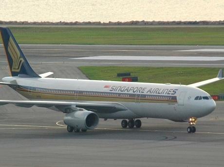 Hai động cơ của một phi cơ thuộc hãng Singapore Airlines cùng chết máy. (Ảnh:BI)