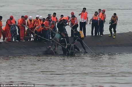 Đội cứu hộ đang kéo một người từ dưới sông. (Ảnh:
