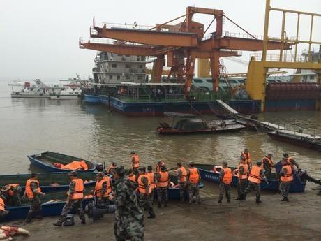 Hơn 50 con tàu và 3.000 nhân lực đã được huy động tham gia vào công tác cứu hộ. (Ảnh: