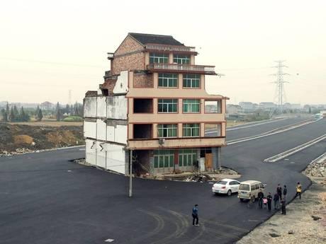 Những ngôi nhà đinh gan lì nằm giữa đường phố Trung Quốc