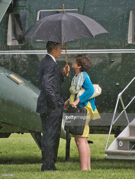Tổng thống Obama đứng nói chuyện với