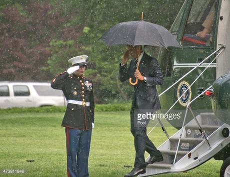 Tổng thống Obama giơ tay chào lại người lính gác khi bước xuống trực thăng Marine One.