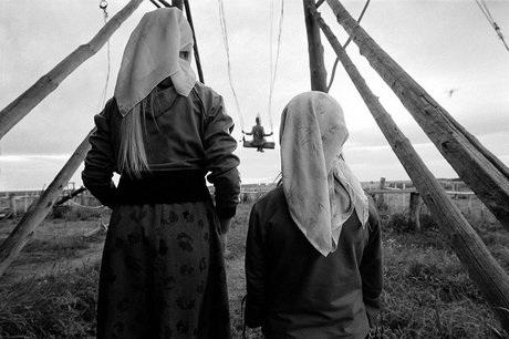 Ảnh chụp hai đứa trẻ đang chơi đùa tại Lorino, Chukotka, Russia vào tháng 9/2007. (Ảnh: