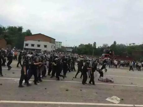 Cảnh sát Trung Quốc cố gắng giải tán đám đông biểu tình ở Tứ Xuyên. (Ảnh: