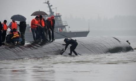 Một thợ lặn đang xuống nước cứu người trong tiết trời mưa và mù sương. (Ảnh: