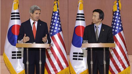 Ngoại trưởng Kerry và người đồng cấp Hàn Quốc Yun Byong-se. (Ảnh: