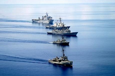 Các tàu chiến Mỹ và Philippines trong một cuộc tập trận chung. (Ảnh: