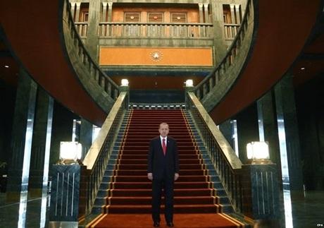 Tổng thống Erdogan đứng trong Cung điện Trắng của mình. (Ảnh: EPA)