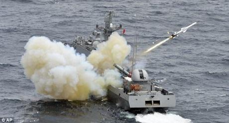 Chiến hạm Hàn Quốc tham gia diễn tập bắn đạn thật. (Ảnh: AP)