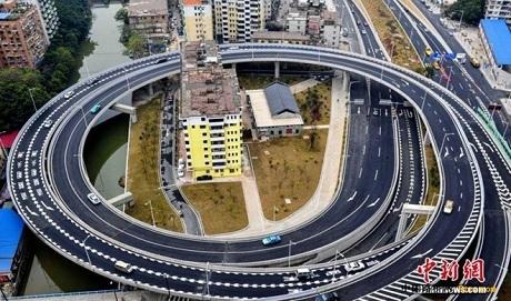 Cầu trên cao bao vây hai tòa nhà ở thành phố Quảng Châu, tỉnh Quảng Đông. (
