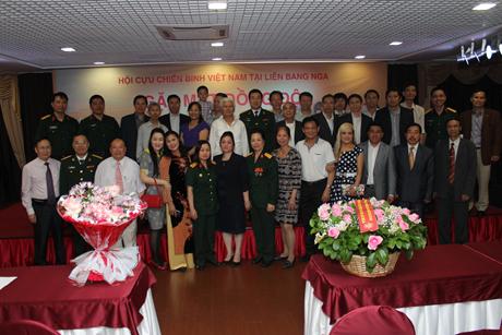 Anh chị em cựu chiến binh Việt Nam tại Nga chụp ảnh kỉ niệm với các đại biểu.