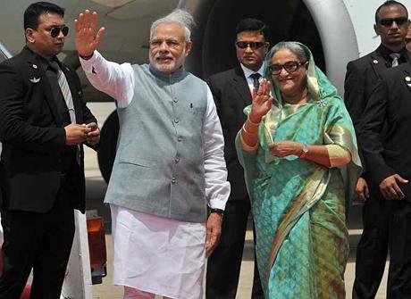 Thủ tướng Ấn Độ Narendra Modi và người đồng cấp Bangladesh Sheikh Hasina. (Ảnh: