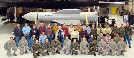Các sỹ sư của Boeing chụp ảnh cùng bom MOP do hãng chế tạo. (Ảnh: