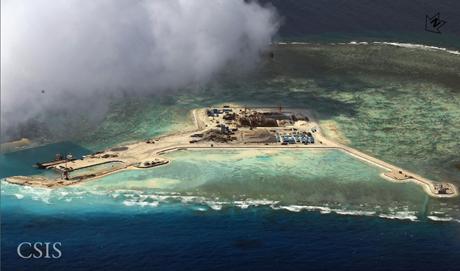 Hoạt động bồi đắp trái phépcủa Trung Quốc trên Biển Đông. (Ảnh: