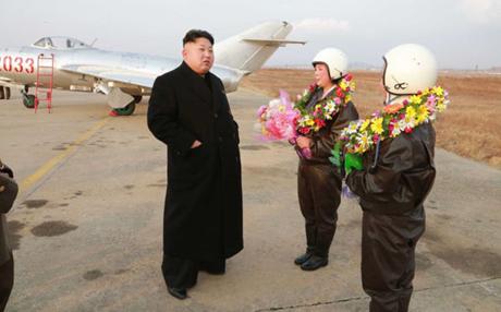 Ông Kim Jong Un tặng hoa cho 2 nữ phi công đầu tiên của Triều Tiên hồi cuối năm 2014. (Ảnh:
