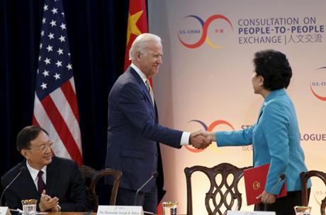 Phó Tổng thống Mỹ Joe Biden bắt tay Phó Thủ tướng Trung Quốc Lưu Diên Đông. (Ảnh: