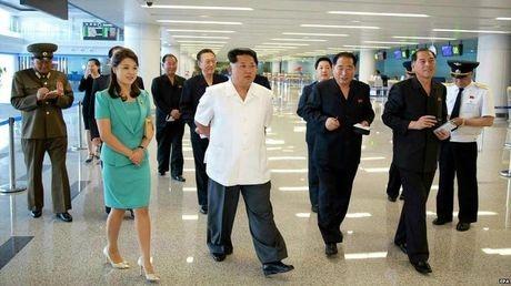 Ông Kim Jong-un cùng phu nhân thị sát nhà ga mới của sân bay Bình Nhưỡng. (Ảnh