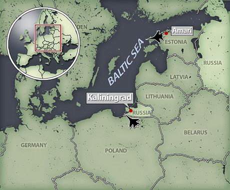 Máy bay Typhoon (dưới) đang áp sát máy bay do thám Il-20M Coot của Nga trong ngày 8/6. (Ảnh: