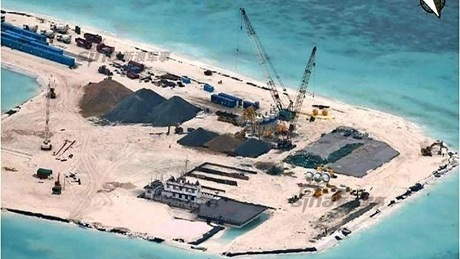 Trung Quốc bồi đắp phi pháp đảo nhân tạo ở đá Tư Nghĩa. (