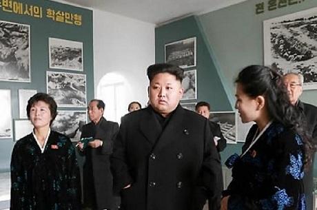 Ông Kim Jong-un trong chuyến thăm bảo tàng. (Ảnh: