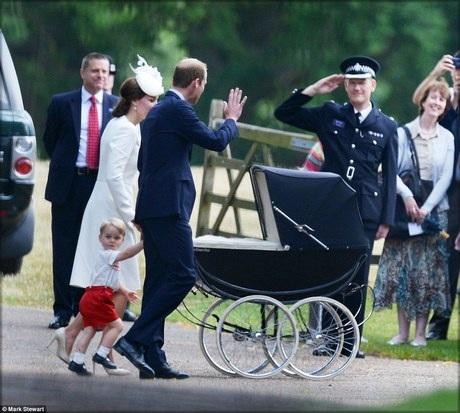 Hoàng tử Geogre diện chiếc quần short đỏ cùng áo sơ mi điệu đà.