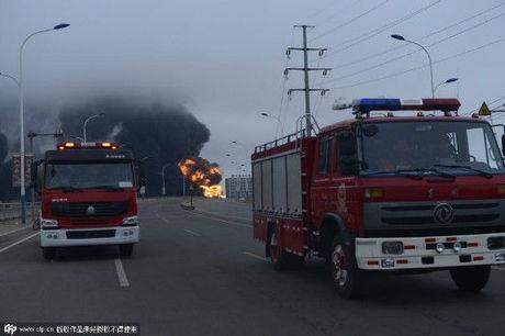 Hơn 100 lính cứu hỏa được điều động đến hiện trường. (Ảnh: Sina)