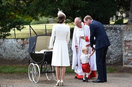 Hoàng tử George tỏ ra khá tò mò khi nhìn những chiếc máy ảnh liên tục hướng về phía gia đình mình.