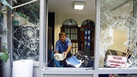Nhân viên sứ quán dọn dẹp hiện trường (Ảnh: