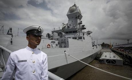 Tàu chiến INS Kolkata của Hải quân Ấn Độ (Ảnh: