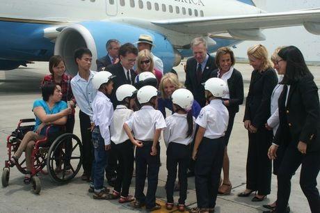 Phu nhân Jill Biden trò chuyện với các em nhỏ. (Ảnh:
