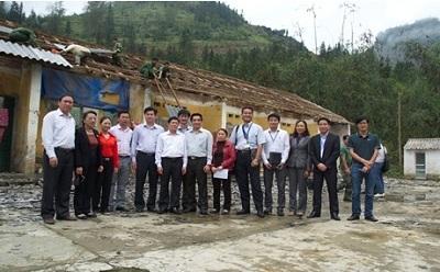 Đại diện TONMAT cùng với các lãnh đạo tỉnh, huyện thăm hỏi bà con nhân dân vùng bị thiệt hại.