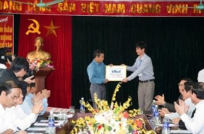 Ông Ngô Xuân Giang-GĐ nhà máy TONMAT miền Bắc trao quà ủng hộ là 1000m