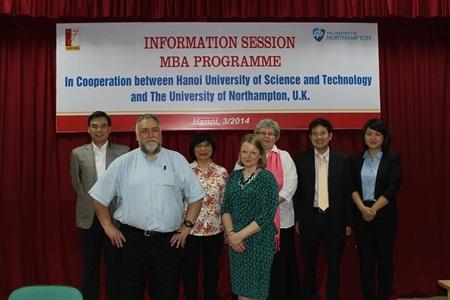 Đoàn công tác của ĐH Northampton chụp ảnh lưu niệm với Ban Lãnh đạo Viện Đào tạo Quốc tế (SIE)