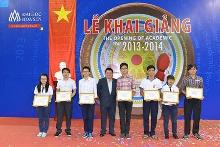 Tân sinh viên nhận học bổng khối ngành Khoa học công nghệ.
