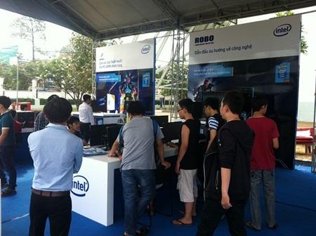 Các bạn trẻ tại booth của Intel