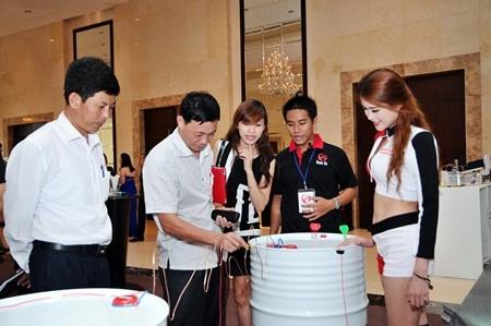 Các đối tác tìm hiểu về sản phẩm dầu nhớt công nghiệp Motul tại buổi Lễ.