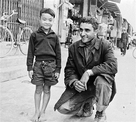 Bức ảnh chụp ngày 1/1/1966, George Esper chụp với một cậu bé người Việt ở tỉnh Quảng Ngãi.