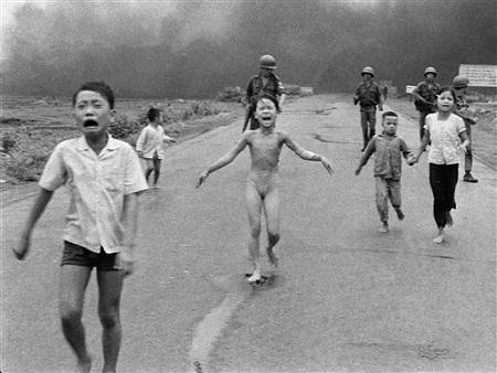 """Bức ảnh """"Em bé Napalm"""" của phóng viên AP Nick Ut đoạt giải Pulitzer 1972"""