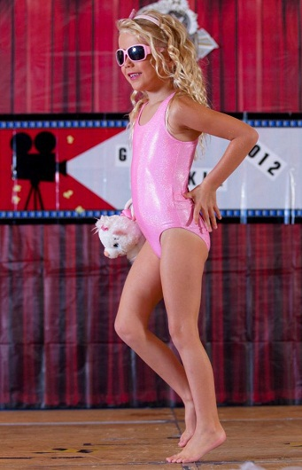Ocean tự tin sải bước trên sàn catwalk và giành giải ở phần thi này.