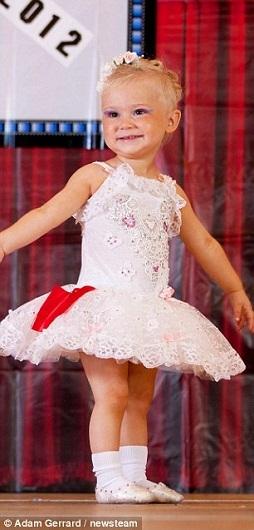 Em bé nhỏ tuổi nhất Hollie Young, 20 tháng, trông như một thiên thần nhỏ. B