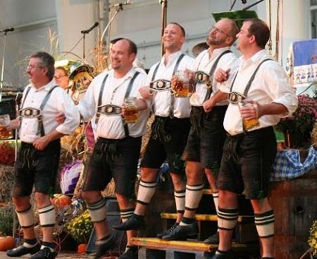 Trang phục truyền thống của nam là quần soóc có dây vai