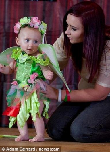 Bé Chloe Graves, 7 tháng được mẹ đặt lên sân khấu (!)