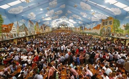 Một lều bán bia khổng lồ