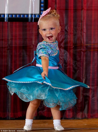 Bé Hollie Young, 20 tháng tuổi, một trong những thí sinh nhỏ tuổi nhất