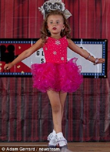 Bessie-Sue Elder, 4 tuổi biểu diễn khiêu vũ trong chiếc váy xòe màu hồng. C